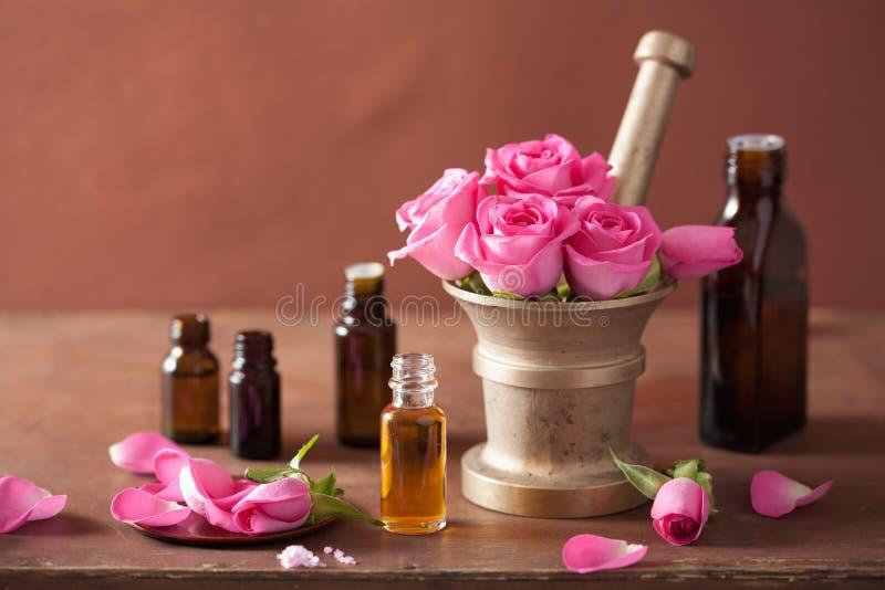 Sistema del balneario y del aromatherapy con aceites esenciales del mortero color de rosa de las flores imagen de archivo libre de regalías