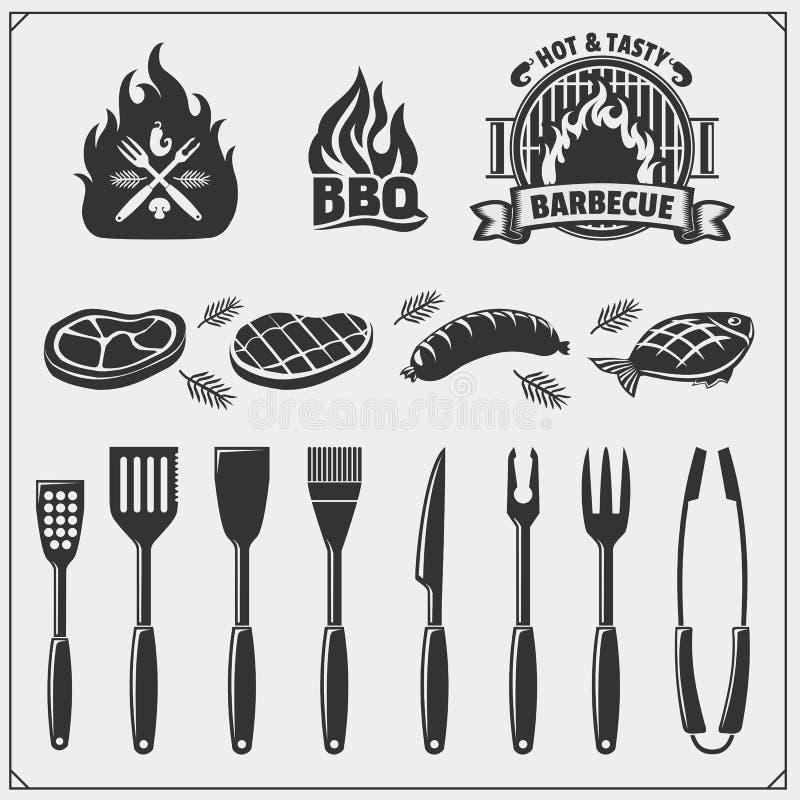 Sistema del Bbq Iconos del filete, herramientas del Bbq y etiquetas y emblemas Ejemplo del monocromo del vector stock de ilustración
