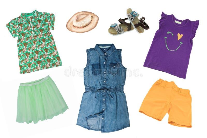Sistema del collage de ropa del verano de la ni?a aislada en un fondo blanco La colección de un vestido sin mangas de los vaquero imagenes de archivo