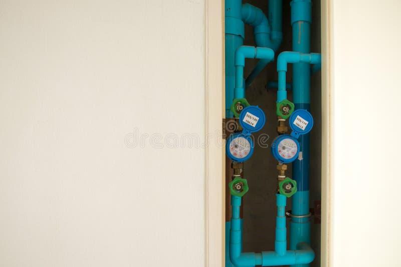 Sistema del contador del agua para el uso del hogar contador del agua instalado con la junta de bronce, conector del codo del PVC imagen de archivo libre de regalías