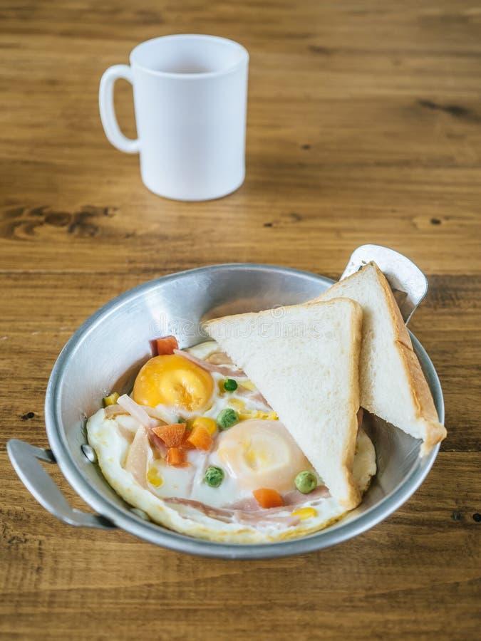 Sistema del desayuno de huevo frito y de panes fotos de archivo