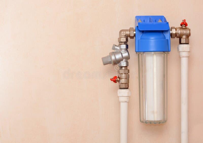 Sistema del filtro per il trattamento delle acque Installazione di un riduttore e di un filtro da acqua per depurazione delle acq fotografie stock libere da diritti