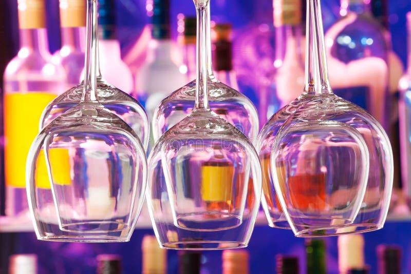 Sistema del lanzamiento del primer de las copas de vino en barra foto de archivo