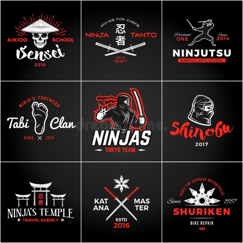 Sistema del logotipo de Japón Ninjas Diseño de las insignias del arma de Katana Insignia de la mascota del ninja del vintage Cami ilustración del vector