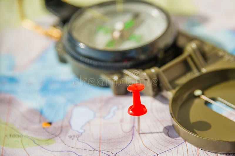 Sistema del mapa, del perno rojo del empuje y del compás para el viajero acertado fotos de archivo
