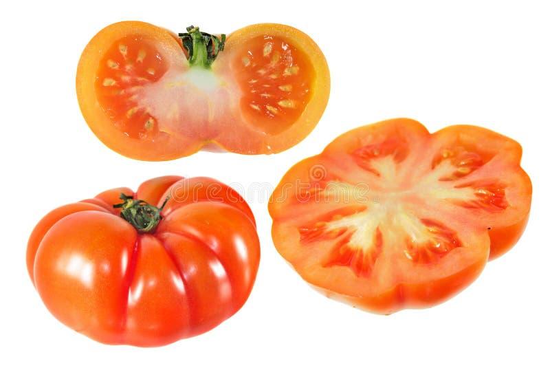 Sistema del medio corte y del tomate rojo plano italiano entero aislados en el fondo blanco imagenes de archivo