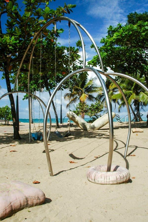 Sistema del oscilación de la playa foto de archivo libre de regalías