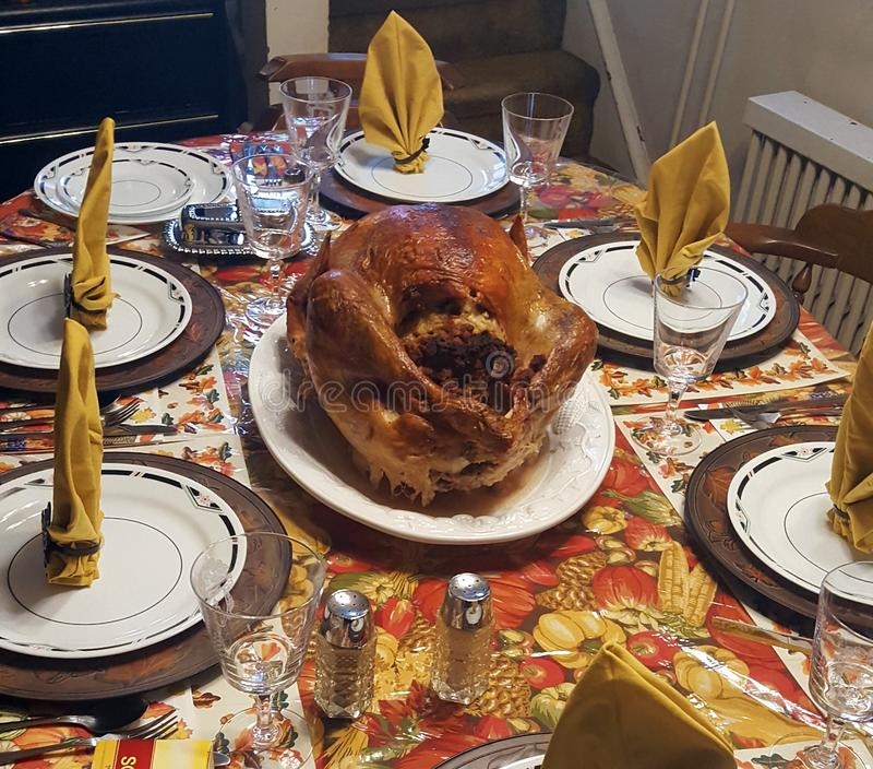 Sistema del pavo y de la tabla de la cena de la acción de gracias foto de archivo libre de regalías