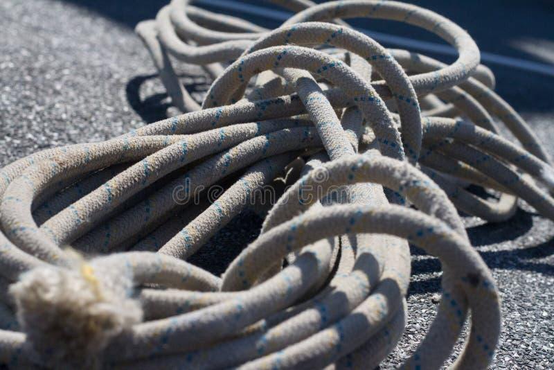 Sistema del primer de cuerdas y de carabinas montadas en el tejado para el escalador industrial, foco selectivo foto de archivo libre de regalías