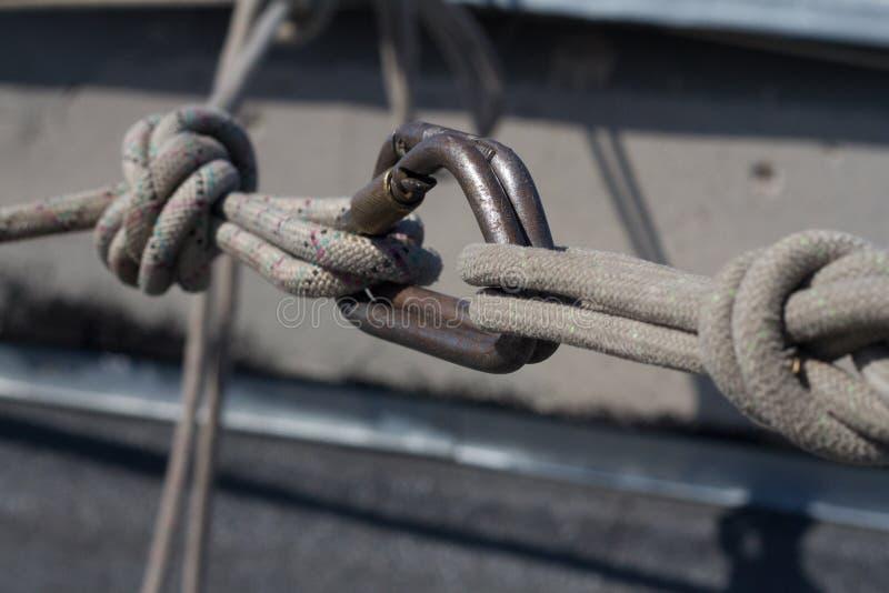Sistema del primer de cuerdas y de carabinas montadas en el tejado para el escalador industrial, foco selectivo imagenes de archivo
