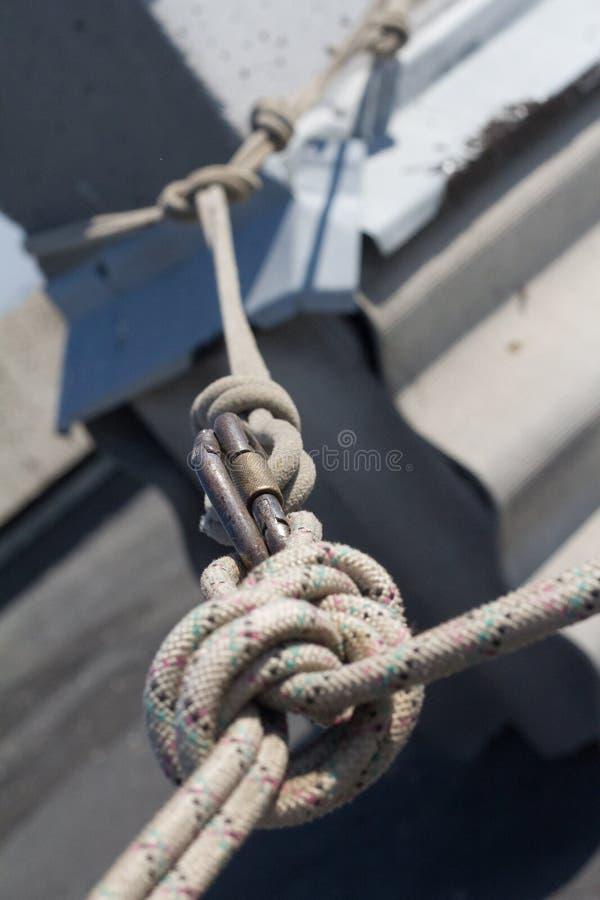 Sistema del primer de cuerdas y de carabinas montadas en el tejado para el escalador industrial, foco selectivo imágenes de archivo libres de regalías