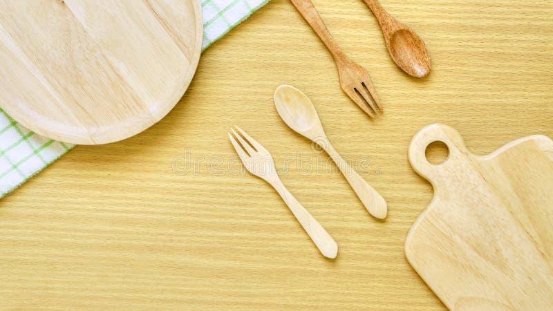 Sistema del primer de la visi?n superior del utensilio de madera de los cubiertos Bifurcación de madera, cuchara, placa, tajadera imagen de archivo libre de regalías