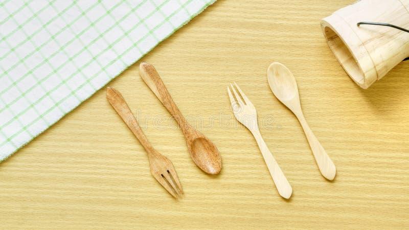 Sistema del primer de la visi?n superior del utensilio de madera de los cubiertos Bifurcación, cuchara y cubo de madera en fondo  imagen de archivo libre de regalías