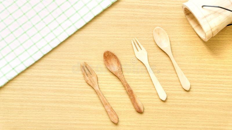 Sistema del primer de la visi?n superior del utensilio de madera de los cubiertos Bifurcación, cuchara y cubo de madera en fondo  fotografía de archivo libre de regalías