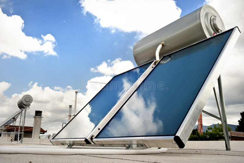 Sistema del riscaldamento solare sul tetto fotografia stock libera da diritti
