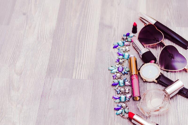 Sistema del ` s de las mujeres de complementos en fondo de madera: zapatos, bolso y cosméticos fotografía de archivo libre de regalías
