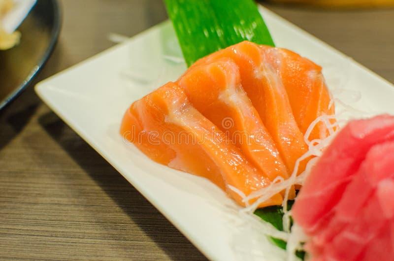 Sistema del Sashimi de pescados crudos frescos de los salmones y del atún imagenes de archivo