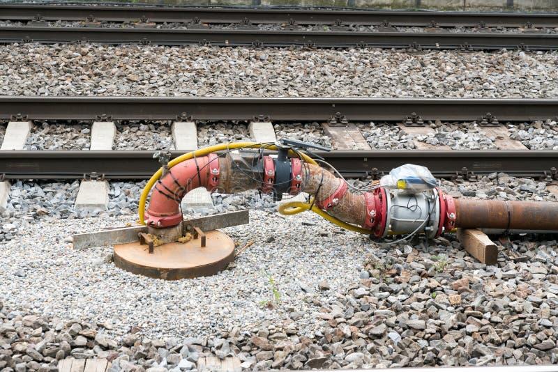 Sistema del tubo y de la válvula con los sensores y el cableado eléctrico entre las pistas de ferrocarril imagenes de archivo