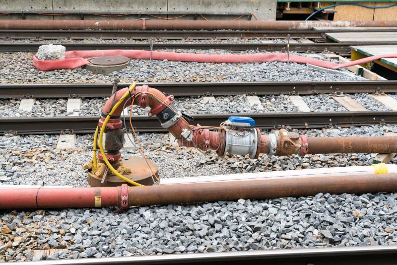 Sistema del tubo y de la válvula con los sensores y el cableado eléctrico entre las pistas de ferrocarril imagen de archivo libre de regalías