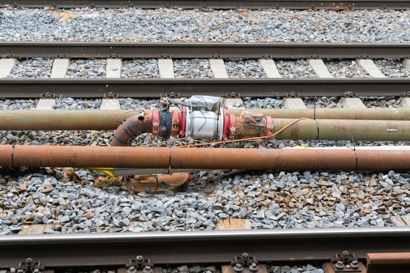 Sistema del tubo y de la válvula con los sensores y el cableado eléctrico entre las pistas de ferrocarril imagen de archivo