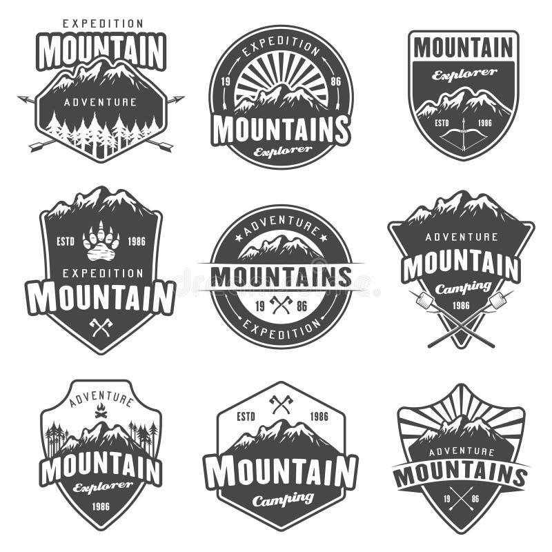 Sistema del viaje de la montaña de emblemas retros del vector negro ilustración del vector