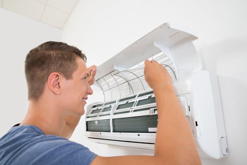 Sistema di condizionamento d'aria di pulizia dell'uomo fotografia stock