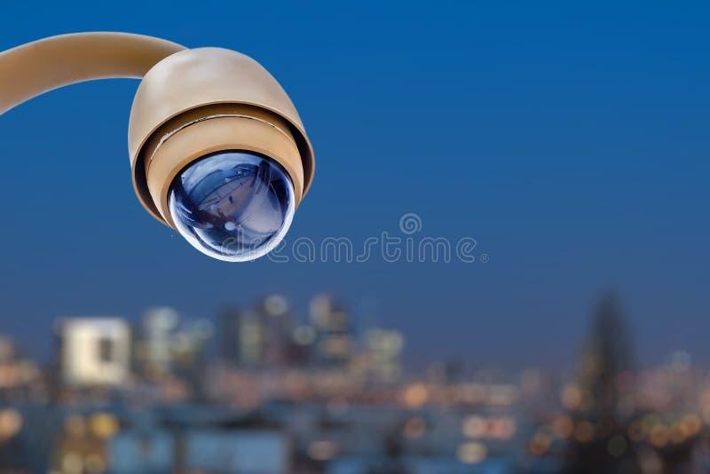 sistema di controllo della macchina fotografica del CCTV di sicurezza con la vista panoramica di una città su fondo confuso immagini stock