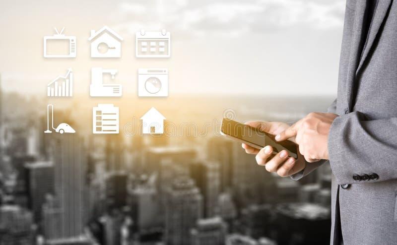 sistema di controllo domestico a distanza del sistema app sul conce del bene immobile del telefono immagini stock libere da diritti