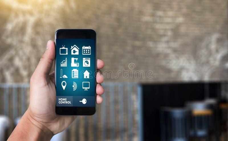 sistema di controllo domestico a distanza del sistema app sul conce del bene immobile del telefono fotografia stock