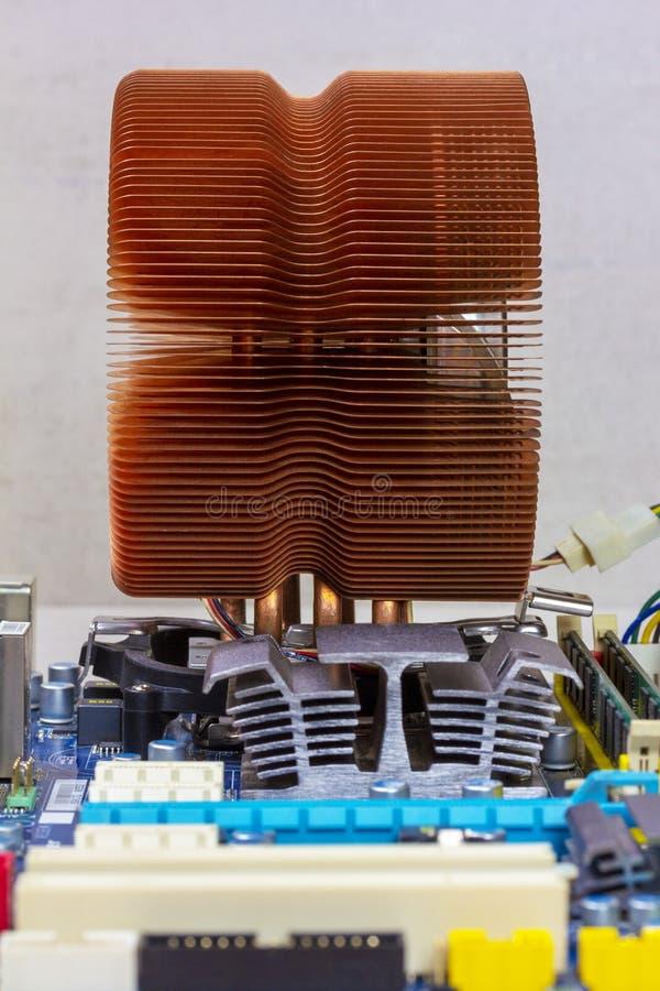 Sistema di raffreddamento del CPU, radiatore del chipset e RAM di rame nelle scanalature sulla scheda madre immagine stock