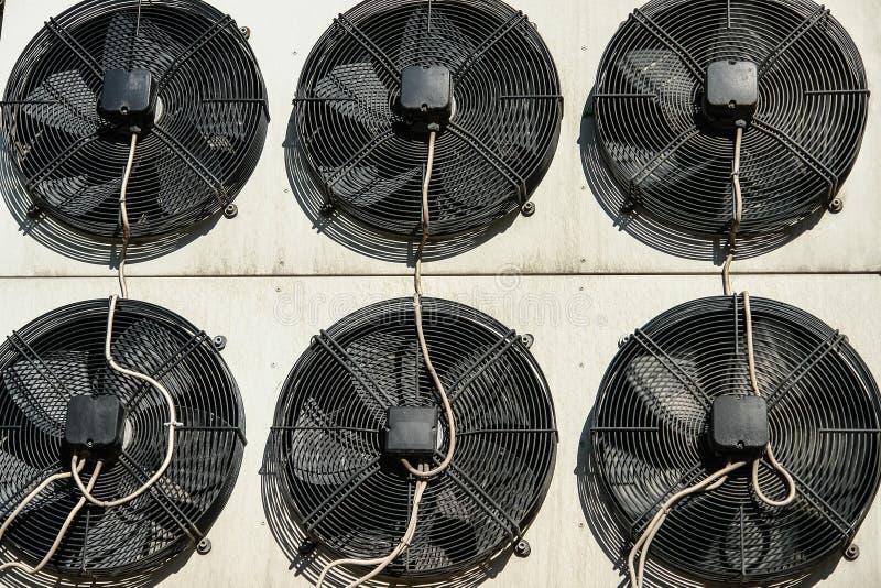 Sistema di refrigeretion e del condizionamento d'aria fuori delle unità - compressori e condensatori fotografia stock