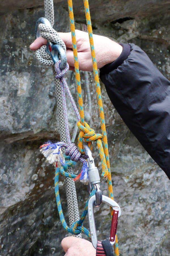Sistema di salvataggio di emergenza con le corde durante un corso di salvataggio della regione selvaggia e la mano che indicano e fotografia stock libera da diritti