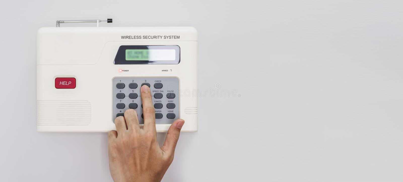 Sistema di sicurezza domestico, codice entrante della mano sulla tastiera di sicurezza domestica, sulla parete bianca con lo spaz fotografia stock
