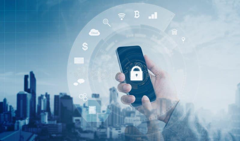 Sistema di sicurezza online mobile di Internet e di applicazione Mano facendo uso dello Smart Phone mobile con la serratura e le  immagini stock libere da diritti