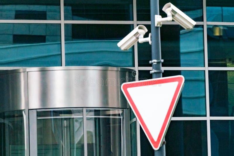 Sistema di sorveglianza di sicurezza all'entrata ad un edificio per uffici moderno Due macchine fotografiche di videosorveglianza immagine stock libera da diritti