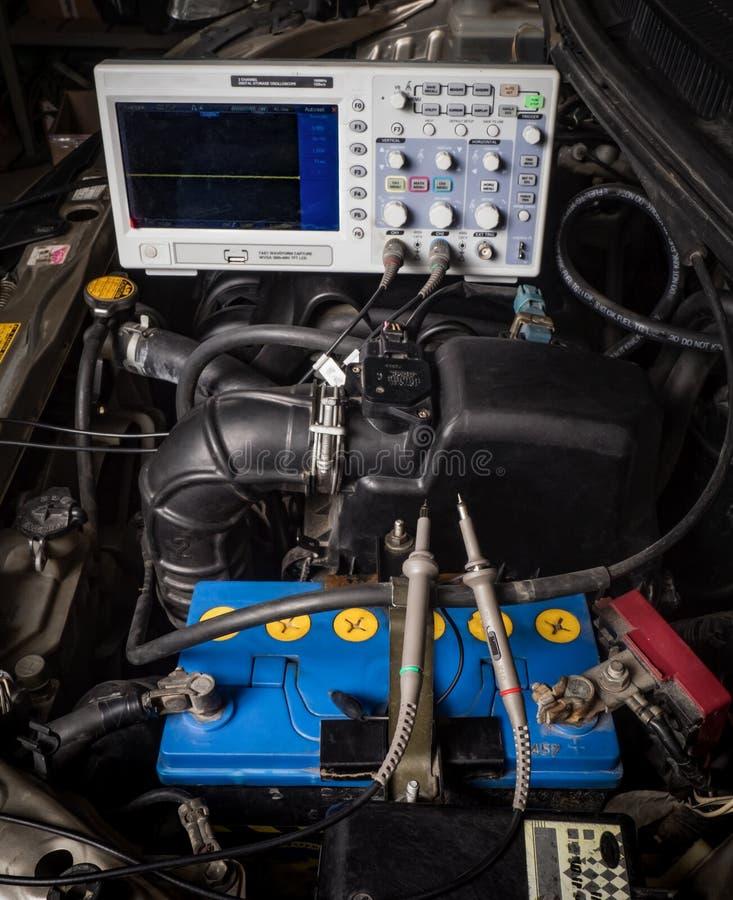 sistema diagnostico dell'automobile: l'oscilloscopio al motore immagini stock