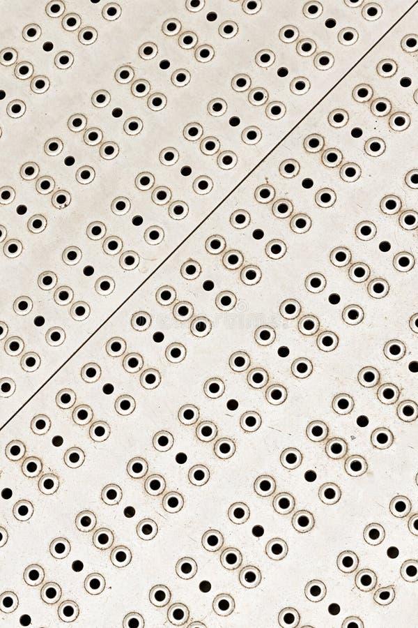 Sistema diagonal vertical de la fila de la superficie de metal del fondo del diseño industrial del modelo de los agujeros redondo foto de archivo libre de regalías