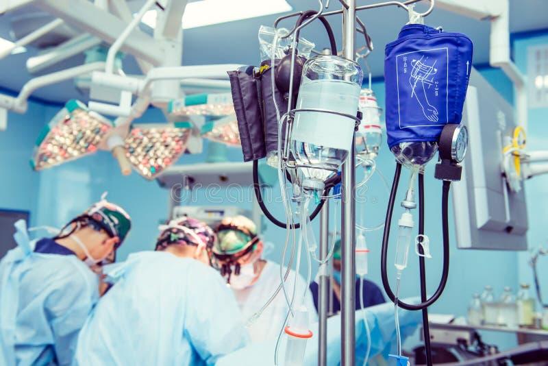 Sistema do conta-gotas na sala de operações durante a operação cirúrgica na clínica moderna Foco seletivo foto de stock royalty free