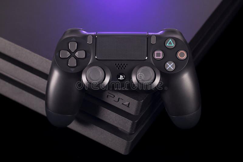 Sistema do jogo do Playstation 4 de Sony pro com controlador de harmonização imagens de stock royalty free