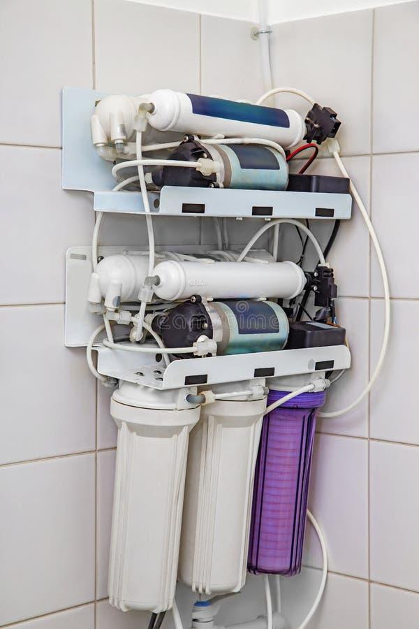 Sistema dobro do filtro do reverso da osmose para a água fotografia de stock royalty free
