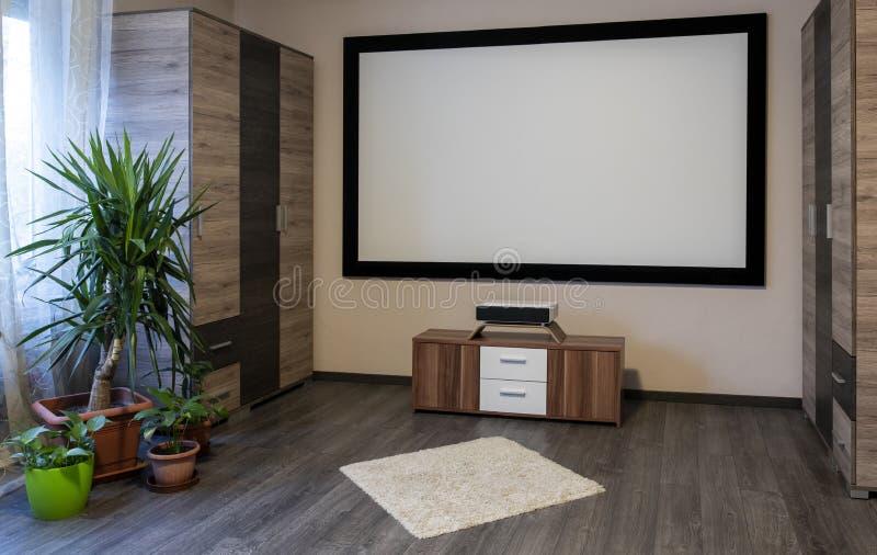 Sistema domestico del cinema con il proiettore immagine stock libera da diritti