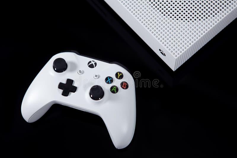 Sistema e controlador do jogo de vídeo do XBOX One S de Microsoft imagens de stock royalty free
