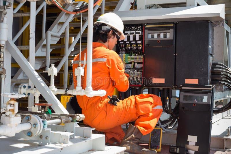 Sistema eléctrico eléctrico y del instrumento del técnico apenas del mantenimiento imagen de archivo libre de regalías