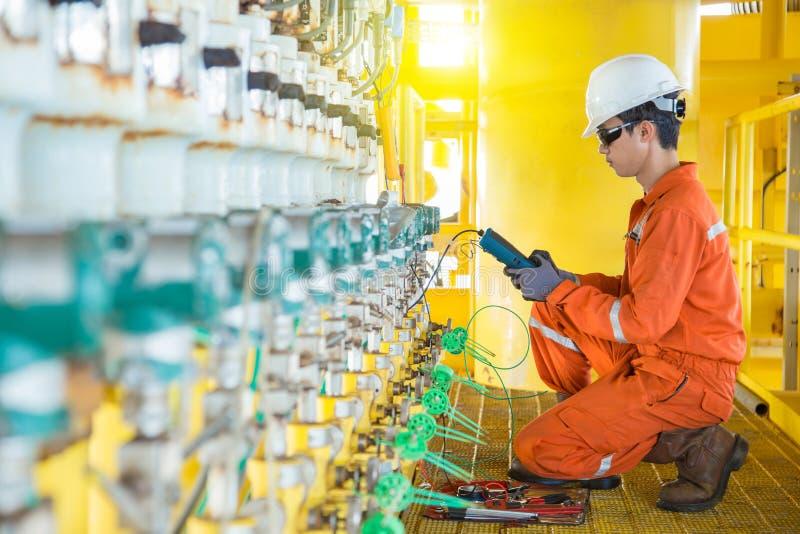 Sistema eléctrico eléctrico y del instrumento del técnico del mantenimiento en el petróleo y gas costero que procesa la plataform fotos de archivo