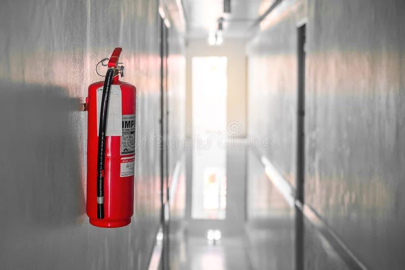 Sistema en el fondo de la pared, equipo del extintor de emergencia potente para industrial Bangkok, Tailandia, el 12 de julio de  fotografía de archivo