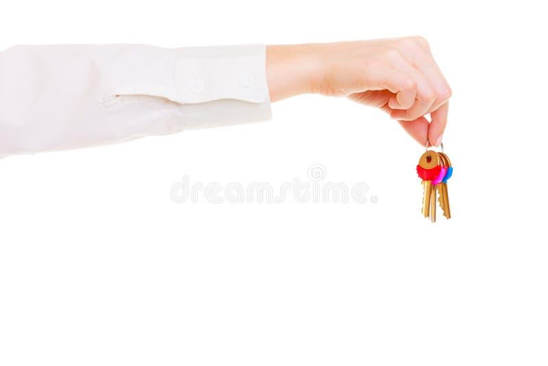 Sistema femenino de la tenencia del agente inmobiliario de la mano de llaves a la nueva casa fotos de archivo libres de regalías