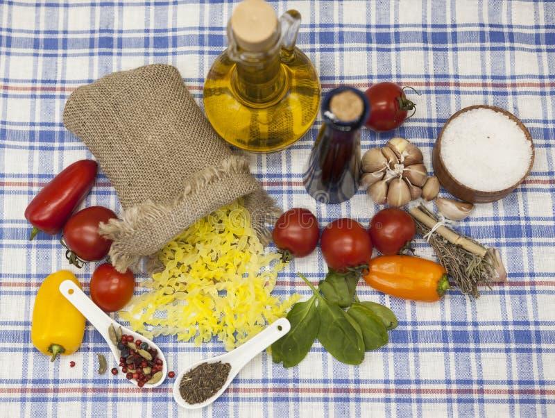 Sistema gluten-libre de las pastas italianas de Gemelli para la creación: tomates de cereza, aceite de oliva, salsa balsámica, aj fotos de archivo libres de regalías