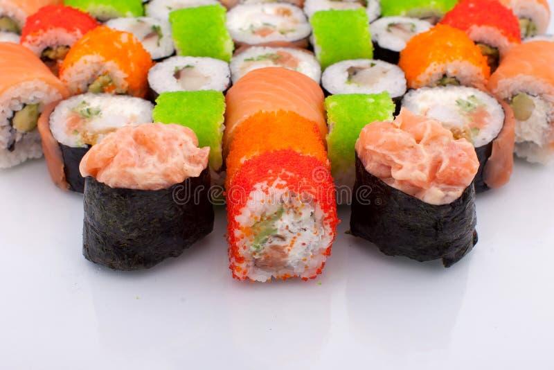 Sistema grande de diversa Maki Sushi Isolated en el fondo blanco Comida tradicional de Japaniese fotografía de archivo