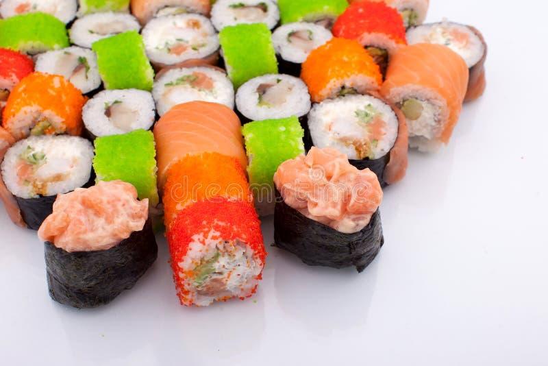 Sistema grande de diversa Maki Sushi Isolated en el fondo blanco Comida tradicional de Japaniese fotos de archivo