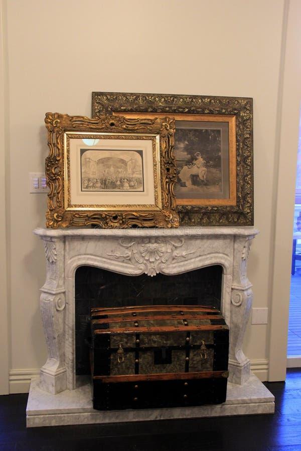 Sistema grande del tronco del envío en estante con las ilustraciones enmarcadas históricas, el hotel de Adelphi, Saratoga Springs imagen de archivo libre de regalías